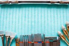Tandinstrumenten op blauw servet Hoogste mening met exemplaarruimte voor tekst Stock Afbeelding