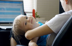 Tandis que la mère est occupée. Images libres de droits