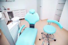 Tandkliniek binnenlands ontwerp met stoel en hulpmiddelen Royalty-vrije Stock Foto's