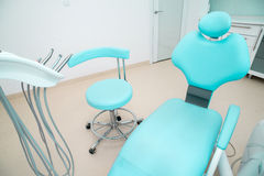 Tandkliniek binnenlands ontwerp met stoel en hulpmiddelen Stock Afbeeldingen