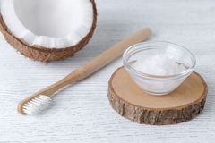 Tandkräm för kokosnötolja, naturligt alternativ för sunda tänder, trätandborste royaltyfri foto