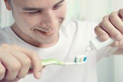 Tandkräm och tandborste fotografering för bildbyråer