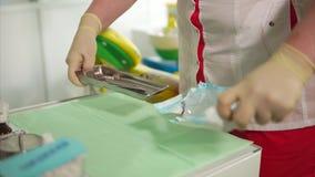 Tandläkareöppningspacke av sterila tand- hjälpmedel Förbereda sig av arbetsplasen lager videofilmer