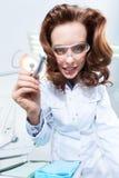 Tandläkare assistent är klar att hjälpa honom arkivbilder