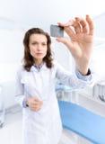 Tandläkare assistent undersöker bilden för x-strålen royaltyfri bild