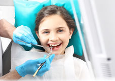 Tandläkare barn i den tand- stolen Arkivfoto
