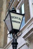 tandläkare danat gammalt tecken arkivbilder