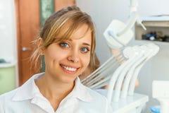 Tandläkare för ung kvinna i det tand- kontoret arkivbilder