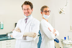 Tandläkare i deras kirurgi Royaltyfri Bild