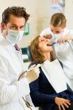 Tandläkare i hans kirurgi Royaltyfri Bild