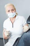 Tandläkare med den tand- turbinen Arkivbild