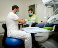 Tandläkare och assistent som arbetar på patient Royaltyfri Fotografi