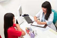 Tandläkare och patient Arkivbild