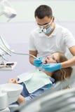 Tandläkare och tålmodig Arkivfoton