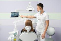 Tandläkare och tålmodig Royaltyfri Foto
