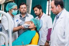 Tandläkare på arbete Arkivfoto