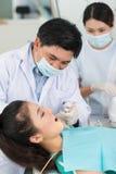 Tandläkare på arbete Arkivbilder