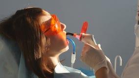 Tandläkare på arbete i kontoret lager videofilmer