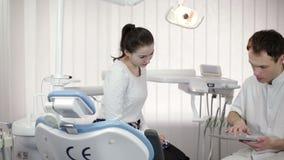 Tandläkare Shows en tålmodig röntgenstråle på minnestavlan arkivfilmer