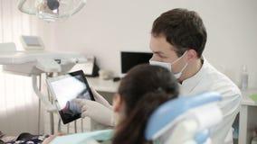 Tandläkare Shows en tålmodig röntgenstråle på minnestavlan stock video