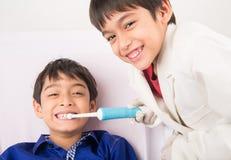 Tandläkare som är arkivfoton