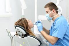 Tandläkare som arbetar med en patient royaltyfri bild
