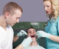 Tandläkare som fungerar på en tålmodig Royaltyfri Fotografi