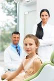 Tandläkare Team och lycklig ung patient på den tand- kliniken Royaltyfria Bilder