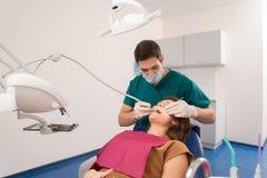 Tandläkaredoktor med patienten Royaltyfria Bilder