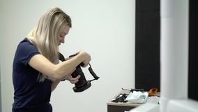 Tandläkaredoktor som tar foto av den tålmodiga mannen i tand- stol lager videofilmer