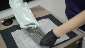 Tandläkaredoktorn öppnar paketet med instrument stock video