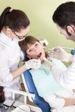 Tandläkaredrillborr patienttänderna av patienten royaltyfri bild
