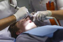 Tandläkare på arbete royaltyfria foton