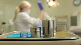 Tandläkarehjälpmedel i metallmagasin på tabellnärbild arkivfilmer