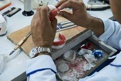 Tandläkareman för tand- tekniker som arbetar med tandproteser fotografering för bildbyråer