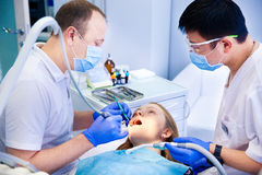 Tandläkaren behandlar tänder arkivfoton