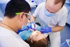 Tandläkaren behandlar tänder Arkivfoto