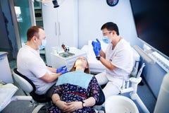 Tandläkaren behandlar tänder royaltyfri fotografi