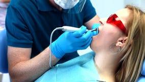 Tandläkaren behandlar tänder stock video