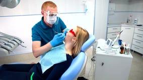 Tandläkaren behandlar tänder lager videofilmer