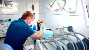 Tandläkaren behandlar tänder arkivfilmer