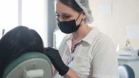Tandläkaren borrar tanden till patienten i kliniken, ultrarapid Begrepp av tand- behandling arkivfilmer