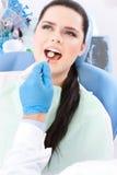 Tandläkaren diagnostiserar det muntliga hålet av tålmodign Royaltyfri Foto