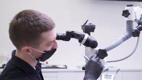 Tandläkaren kontrollerar den optiska apparaten lager videofilmer