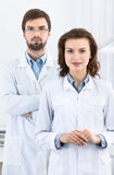 Tandläkaren och hans assistent är alltid klara att hjälpa Arkivfoto
