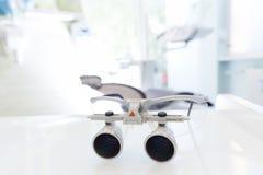 Tandläkaren rullar med ögonen, skyddande exponeringsglas i tandläkarens kontor Tand- loupes Arkivbilder