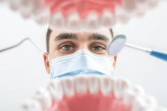 Tandläkaren ser till och med käkemodell royaltyfri foto