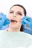 Tandläkaren undersöker dentesna av tålmodign arkivbilder