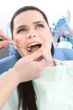 Tandläkaren undersöker det muntliga hålet av tålmodign Royaltyfri Foto