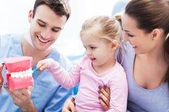 Tandläkareundervisningflicka hur man borstar tänder Royaltyfri Fotografi